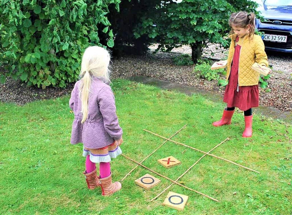 Kryds og bolle spil på græsplænen